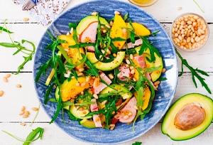 Ensalada de mango, aguacate y pollo ahumado, una receta fácil con fruta
